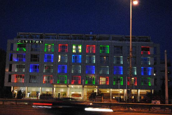 Civitel Olympic Hotel: Night view from across the street