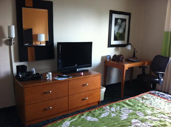 Fairfield Inn & Suites Loveland Fort Collins: Desk and dresser