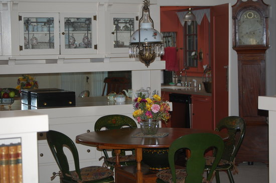 Crone's Cobblestone Cottage Bed and Breakfast : dining room