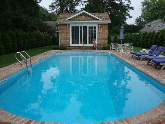 East Hampton Village Bed & Breakfast: Soothing salt water pool