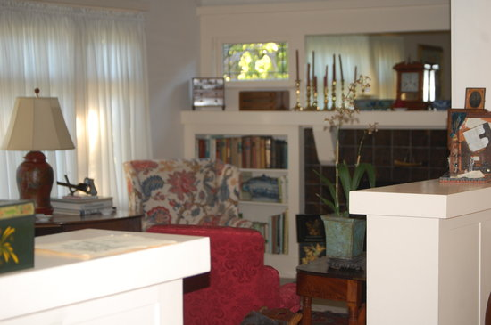 Crone's Cobblestone Cottage Bed and Breakfast : living room