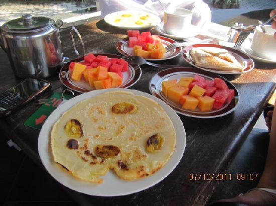 Fat Yogi Cottages: breakfast meals beside the pool