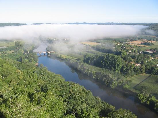 Domme, Frankrike: Vue de la Dordogne au petit matin depuis ma chambre coté vallée