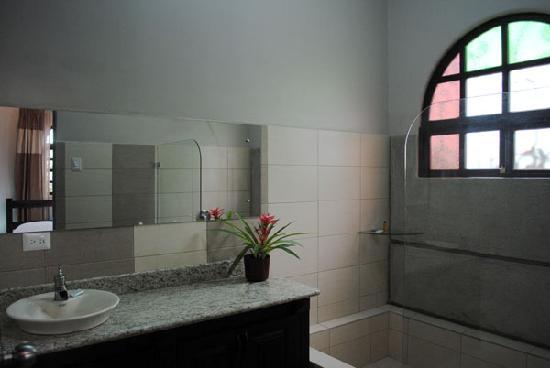 Hostel Casa Colon: New spanish tiled Bathrooms