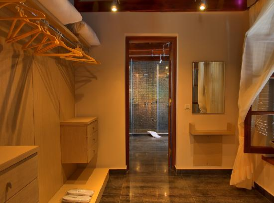 Jasmin suite walk in closet to bathroom picture of rodos for Closet bathroom suites