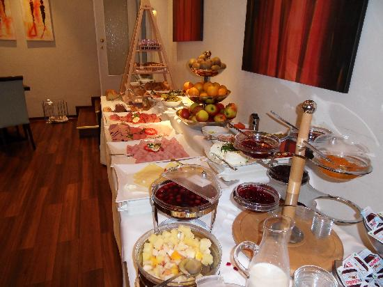 Hotel Merkur: Breakfast buffet