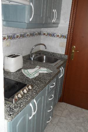 Comodoro Apartments : Small but functional kitchen