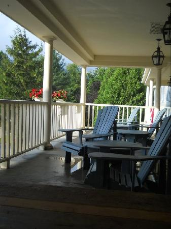 Country Inn at Jiminy Peak: Porch at the Country Inn