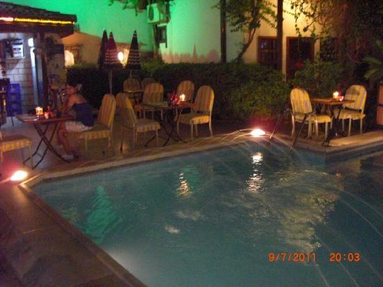 Karyatit Hotel: Hotelbar und Pool bei Nacht
