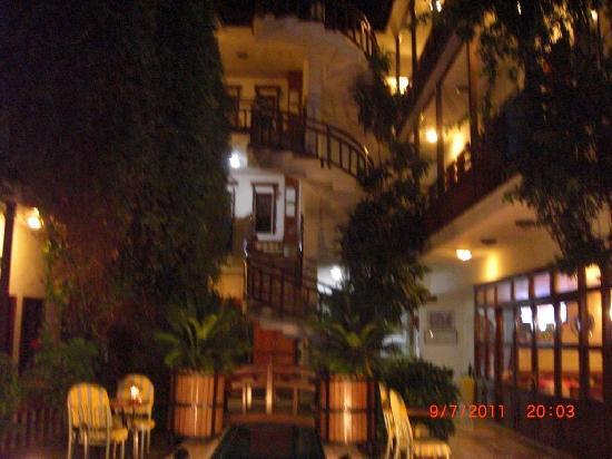 Karyatit Hotel: Nachts