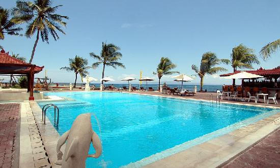 Bali Palms Resort : spacious pool and sun terrace