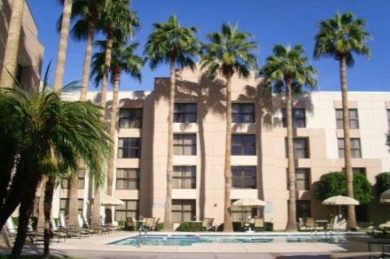 Radisson Hotel Phoenix / Chandler: Fully enclosed year round courtyard style pool-with access to Southgate Lounge!