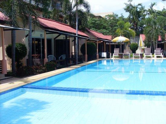 ريكوز بنجالوز كاتا: 15-20 meter pool.