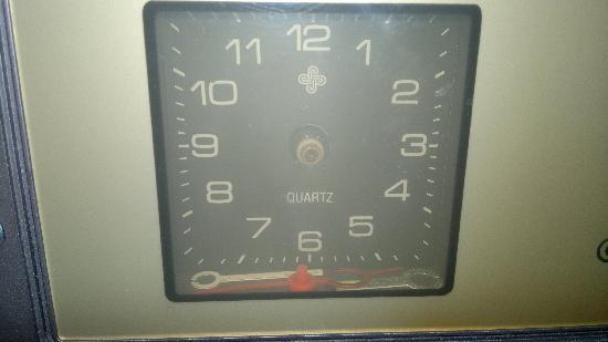 Hotel Zum Heiligen Feld: Das Radio mit nicht mehr ganz intaken Uhrzeigern