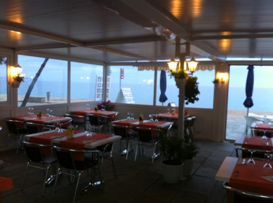 Sun Tower : Comedor exterior con vistas al mar.