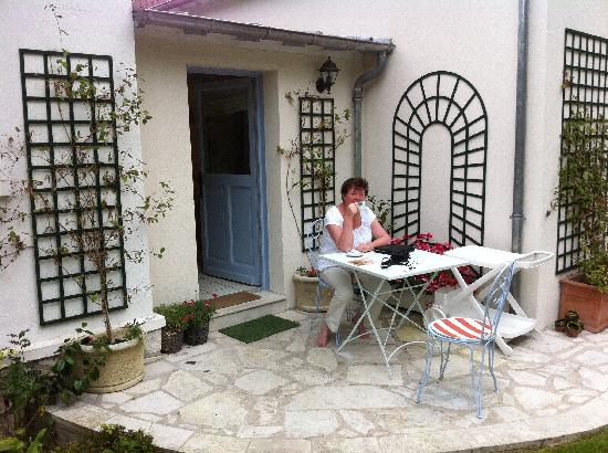 Marie et Gilbert Therin B&B: Relaxing with a cup of tea.