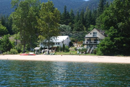Willow Point Beach House B&B: property from the lake