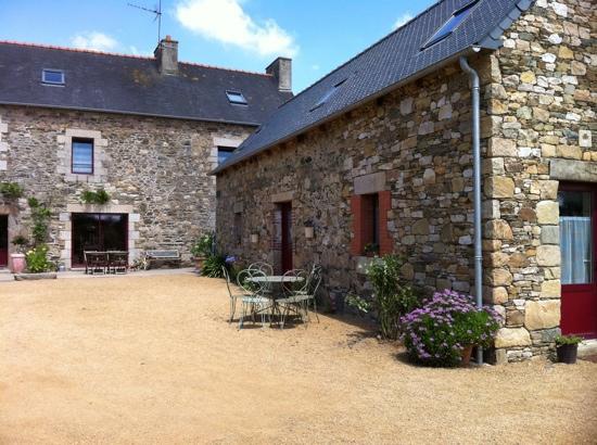 locations de vacances Gites de Kergoat : une partie de la cour intérieure