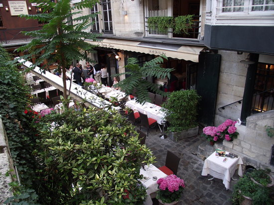 La Petite Cour : View from the street, indoor seating available also