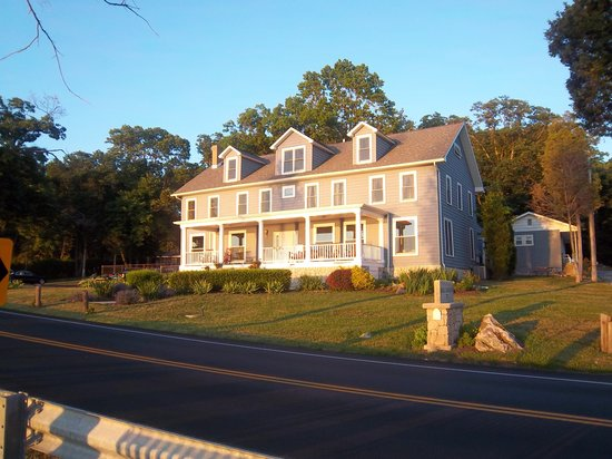 Rock Ledge Inn Cottages: The Rockledge Inn from across the road.