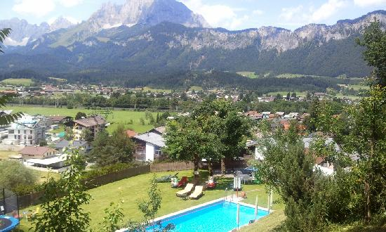 Hotel Sonnleiten: Front  view with pool