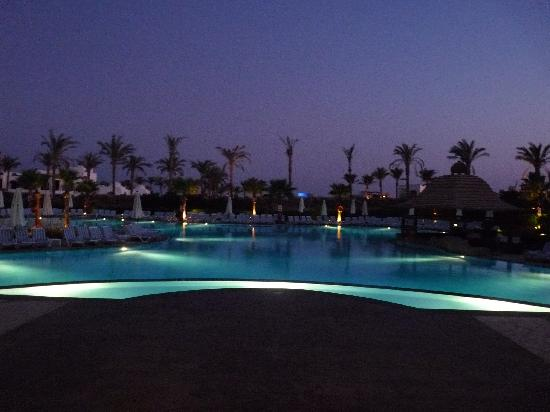 Tiran Island Hotel: Pool at night