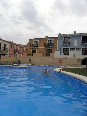 Pueblo Acantilado Suites: Piscina.