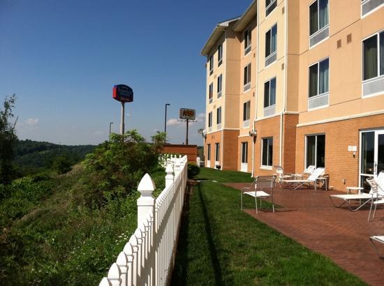 Fairfield Inn & Suites Morgantown: back of hotel