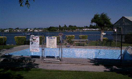 Lakeshore Inn: Empty Pool and Lake