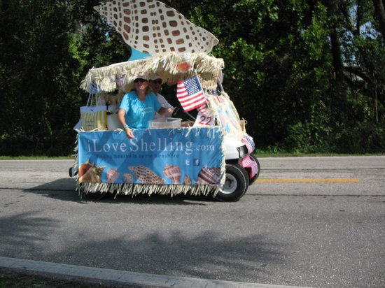Sanibel Island, FL: iLove shelling parade car!