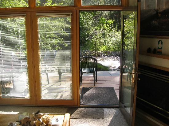River Stone Resort and Bear Paw Suites: From inside... the sound of the river is so relaxing.