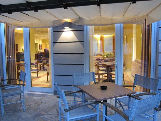 Hotel Hellinis Kanoni: Un coup d'oeil, depuis le bar, dans le hall de réception
