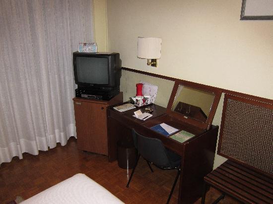 Hotel Star: R30 small tv and desk
