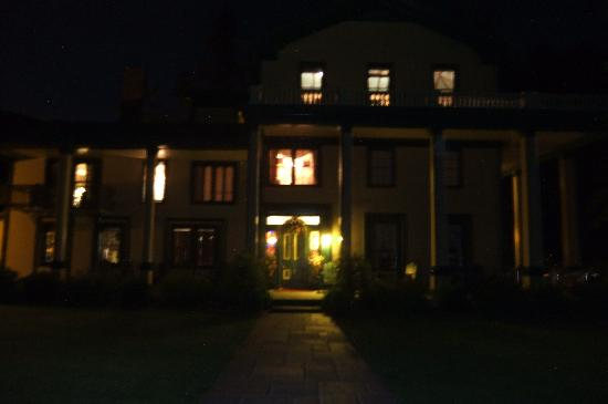 Glen Iris Inn: the Inn at night