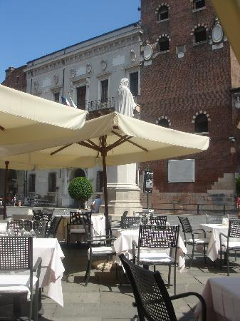 Caffe Dante Bistrot: A table with a view -Dante and Palladio
