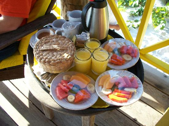 Nueva Vida de Ramiro: Breakfast each morning on the beach