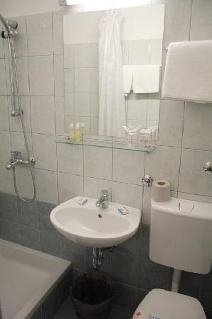 Hotel Zagreb: bathroom