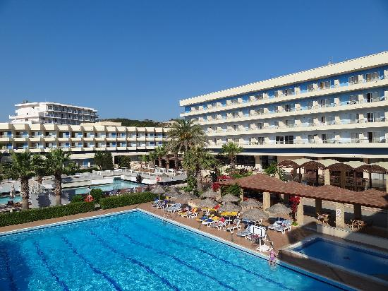 Blue Sea Beach Resort : Vue sur l'hôtel et les piscines