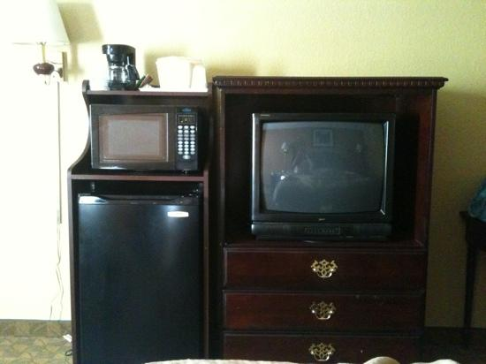 Quality Inn Merrillville: mini-fridge was the ONLY plus of this OVER-priced room!