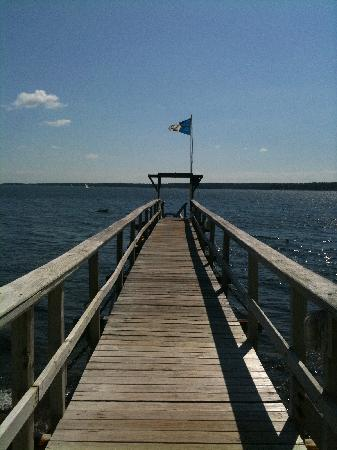 Spruce Point Inn Resort and Spa : The walkway to the kayaks and dock