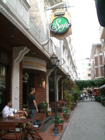 Hotel Sapphire : Nice quiet street but VERY close to everything