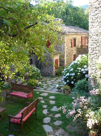 Saint-Paul-la-Coste, France: An inner courtyard