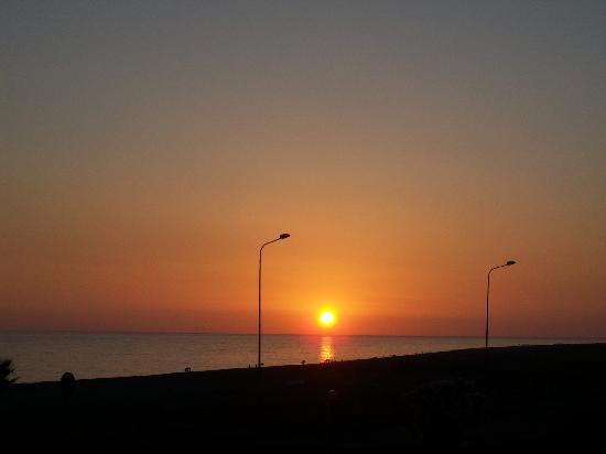 Eurolido Hotel: Il tramonto sul mare visto dall'Eurolido.