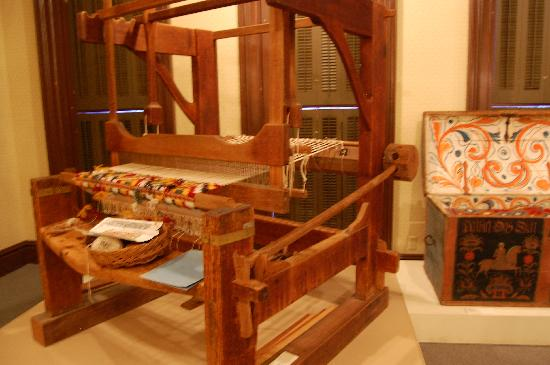 Vesterheim: A loom and a painted trunk