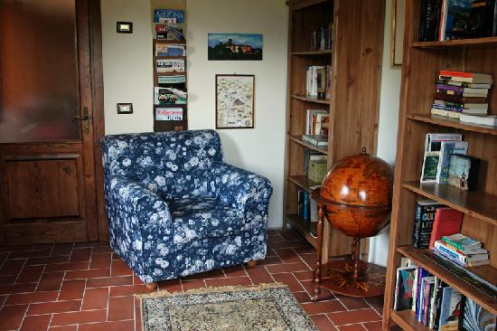 Casa La Pace Bed and Breakfast: Library