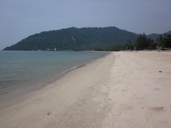Khanom Hill Resort: Beach by the hotel