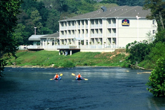 BEST WESTERN PLUS River Escape Inn & Suites: Rafting the Tuck behind the Hotel