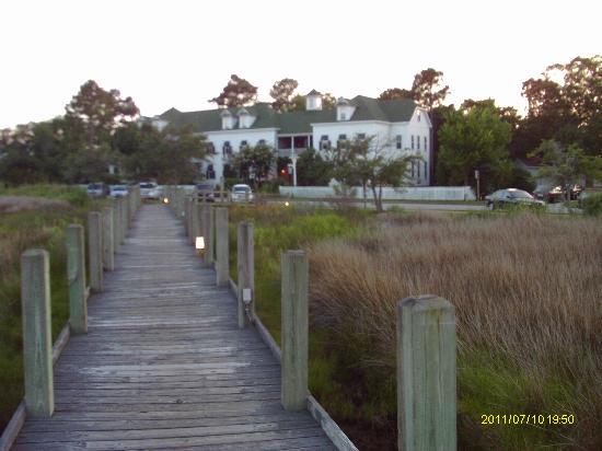 Roanoke Island Inn: the inn viewed from the boardwalk