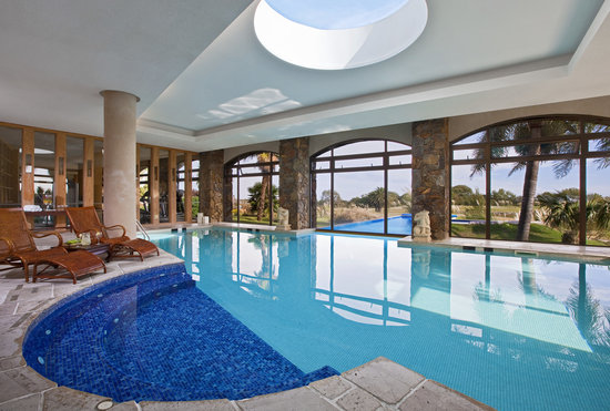 Sheraton Colonia Golf & Spa Resort: Piscina interna climatizada con hidromasajes en el real Spa