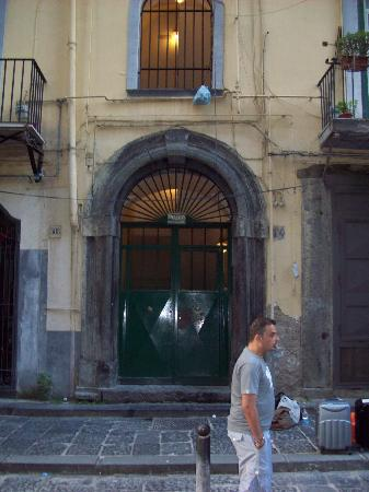 Domus Gemi B&B: Doorway of the Domus Gemi with Pasquale waiting for taxi